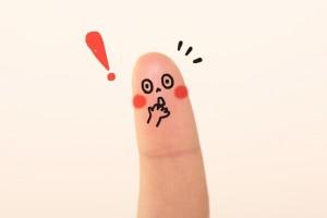 指に描いた顔 ひらめき ビックリマーク