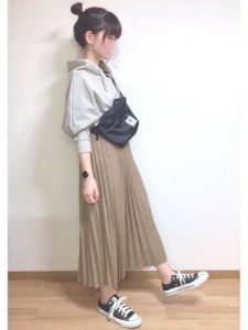 女性 スニーカー コーデ ロングスカート