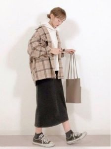 女性 スニーカー コーデ スカート