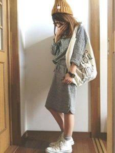 女性 スニーカー コーデ ニット帽