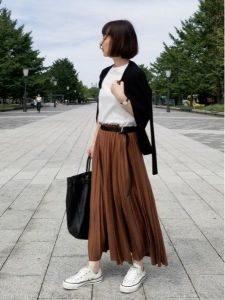 女性 スニーカー コーデ スカート シック