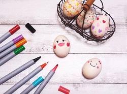 色ペン 顔を書いた卵