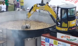 日本一の芋煮会フェスティバル 超巨大鍋の芋煮を重機で混ぜる
