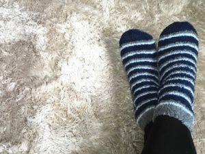 もこもこカーペット 厚手のソックスを履いた足