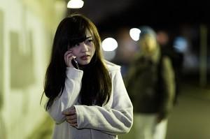 女性 夜道 携帯