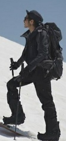 男性 登山 雪山 黒系の服装
