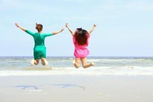 海岸 女性 ジャンプ
