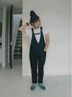 黒のニット帽 女性 コーデ