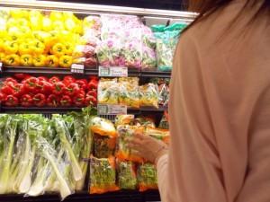 野菜売り場 女性