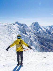 登山 男性 服装 冬 グレーのパンツと黄色のウエア