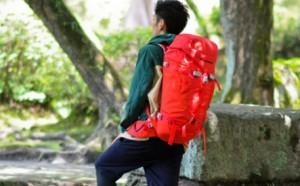 登山 男性 赤リュック
