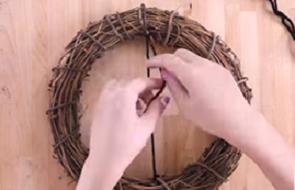 毛糸をリースにまっすぐ結びつける