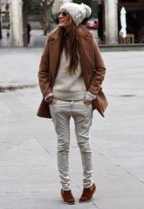 ホワイトのトップスとパンツ ニット帽