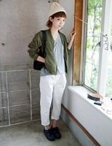 MA-1 白いニット帽 白いパンツ 女性 コーデ