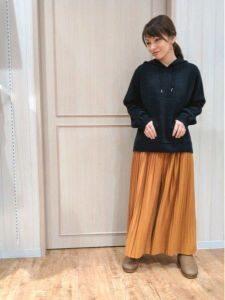 ムートンブーツ コーデ 女性 スカート