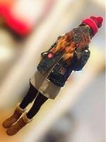 赤のニット帽 女性 コーデ