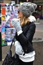 グレーのハイゲージ ニット帽 手袋 女性 コーデ