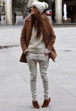 ホワイト系 パンツ ニット帽 コーデ 女性