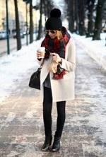 黒 ニット帽 白のコート 女性 コーデ