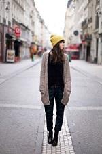 冬コーデ 黄色いニット帽 女性