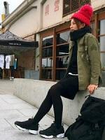 赤色のニット帽 スポーティーなスニーカー 女性 コーデ