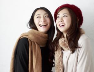 女性 二人 笑顔 冬