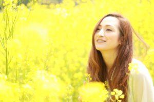 女性 菜の花畑