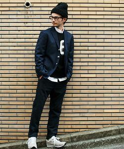 ジャケット 黒のニット帽 黒縁メガネ メンズコーデ