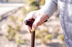杖をもった高齢者