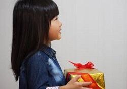 プレゼントを持った女の子