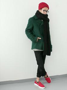 赤いニット帽 コート マフラー 赤い靴 メンズコーデ