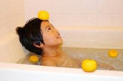 ゆず湯に入っている男の子
