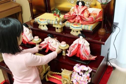 ひな人形を飾る女の子