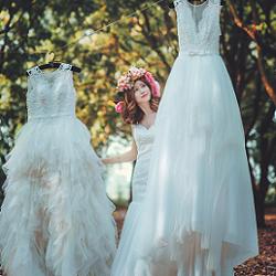 ウエディングドレスを選ぶ花嫁