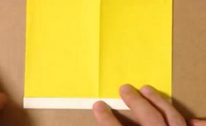 折り目のついた黄色の折り紙