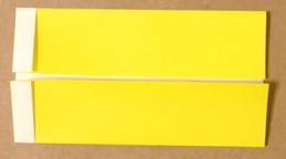 両側から中央に折った黄色の折り紙