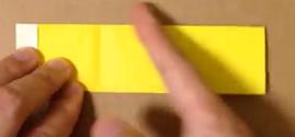半分に折った黄色の折り紙