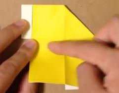 黄色の折り紙を折る