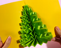 黄色の画用紙に貼った緑の画用紙 クリスマスツリー