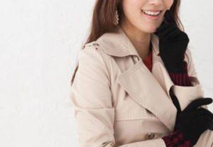 手袋 コートを着た女性
