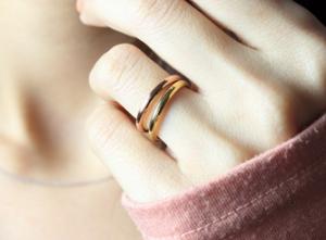 指輪をはめた女性の手