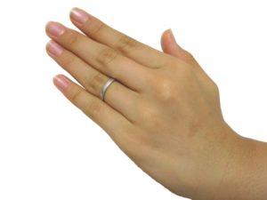指輪をはめた女性の左手