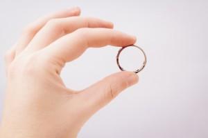 指輪 女性の手