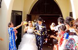 結婚式 新郎新婦 紙吹雪