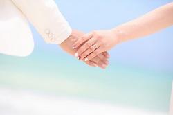 結婚 手と手を結ぶ新郎新婦