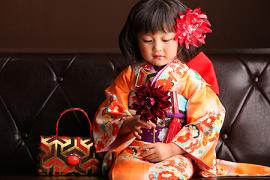 七五三 着物の女の子 ダウンスタイルの髪型 大きなお花の髪飾り