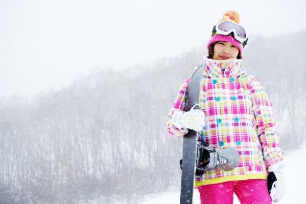 スノーボードを脇に抱えた女性