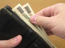 お財布からお札を出す