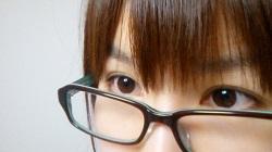 メガネをかけた女性の目元のアップ