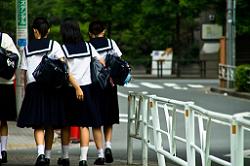 下校する女子生徒